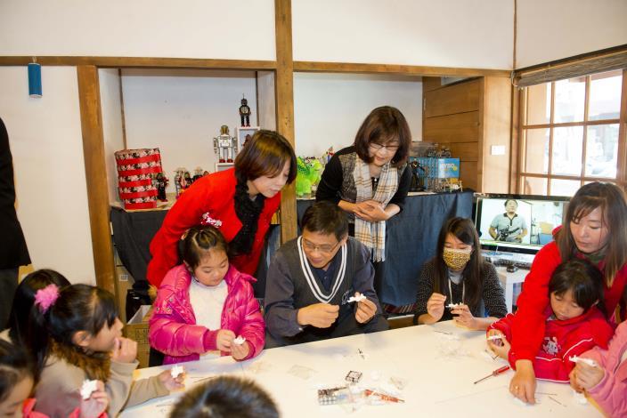 蘇縣長看到小朋友在玩耍中努力思索各種式玩具的創意。