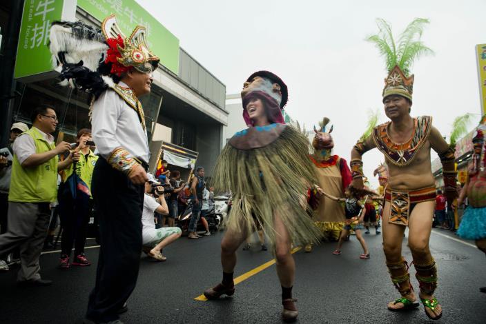 雖然來自不同的國度,熱情洋溢的森巴舞者一起分享歡樂。