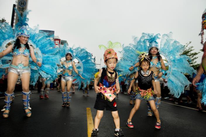 森巴舞踩街活動中不分年紀大家一起奔放感受熱鬧氛圍。