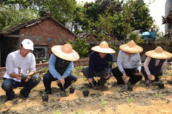 縣長李進勇與水保局副局長林長立、元長鄉長李泗濱等人在合和有機菜園種下菜苗