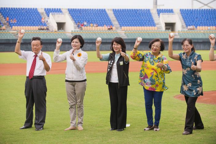 愛老人明星公益棒球賽在斗六棒球場開打,張皇珍副縣長代表李縣長開球,並肯定大家對老人社會福利的愛心義舉。