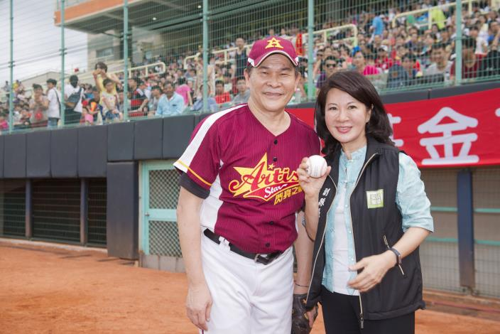 張副縣長與明星棒球隊隊長澎洽洽合影,肯定球隊對社福的關心。