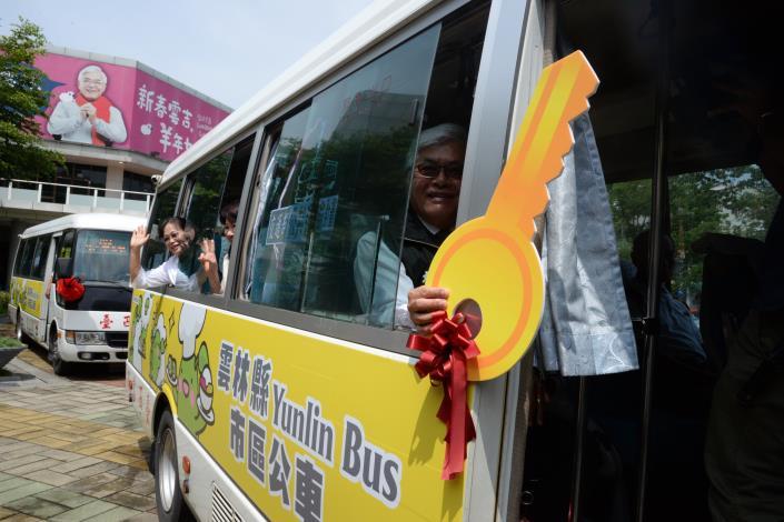 縣長李進勇拿著鑰匙象徵市區公車開跑嚕