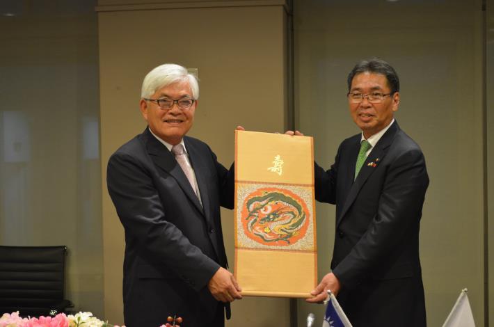 桐生市長致贈桐生織。