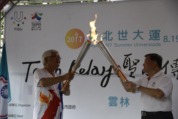 臺北市體育局長鄭芳梵代表柯市長率同代表臺北的火炬手李依真進行聖火交接給李縣長