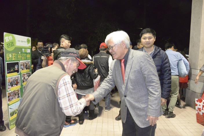 李縣長一一與鄉握手致意,感謝土庫地區鄉親對縣政的支持與鼓勵。