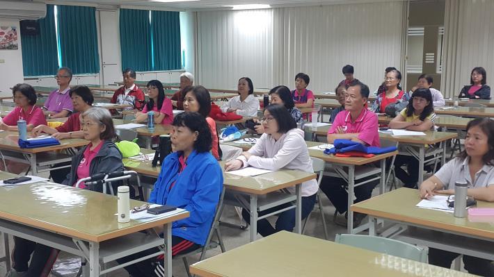志工專心聆聽上課內容。