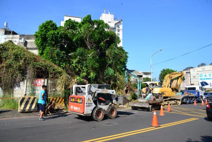 斗六市內環路靠近文化路段,今天進行最後一天地上物拆除作業,後續將展開拓寬工程,維護民眾行車安全。