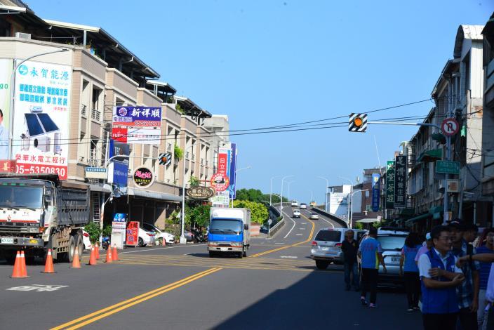 斗六市內環路橋往文化路方向道路,因土地所有權人產權疑義以致用地無法取得,導致路寬緊縮數米,影響民眾用路安全。