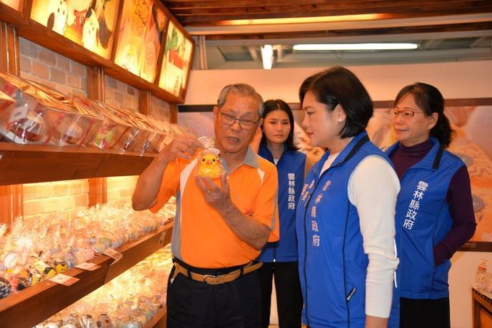 興隆毛巾觀光工廠總經理林國隆為張縣長一一介紹毛巾文創商品