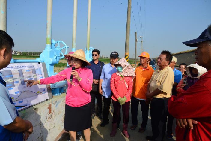 張縣長到水埔社區簡易抽水站會勘,表示縣府將增設越堤排水管路,提升排水效能,解決當地水患問題。