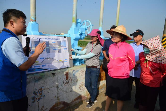 水利處長許宏博說明簡易抽水站將增設2條越堤排水管路,提升排水效能。