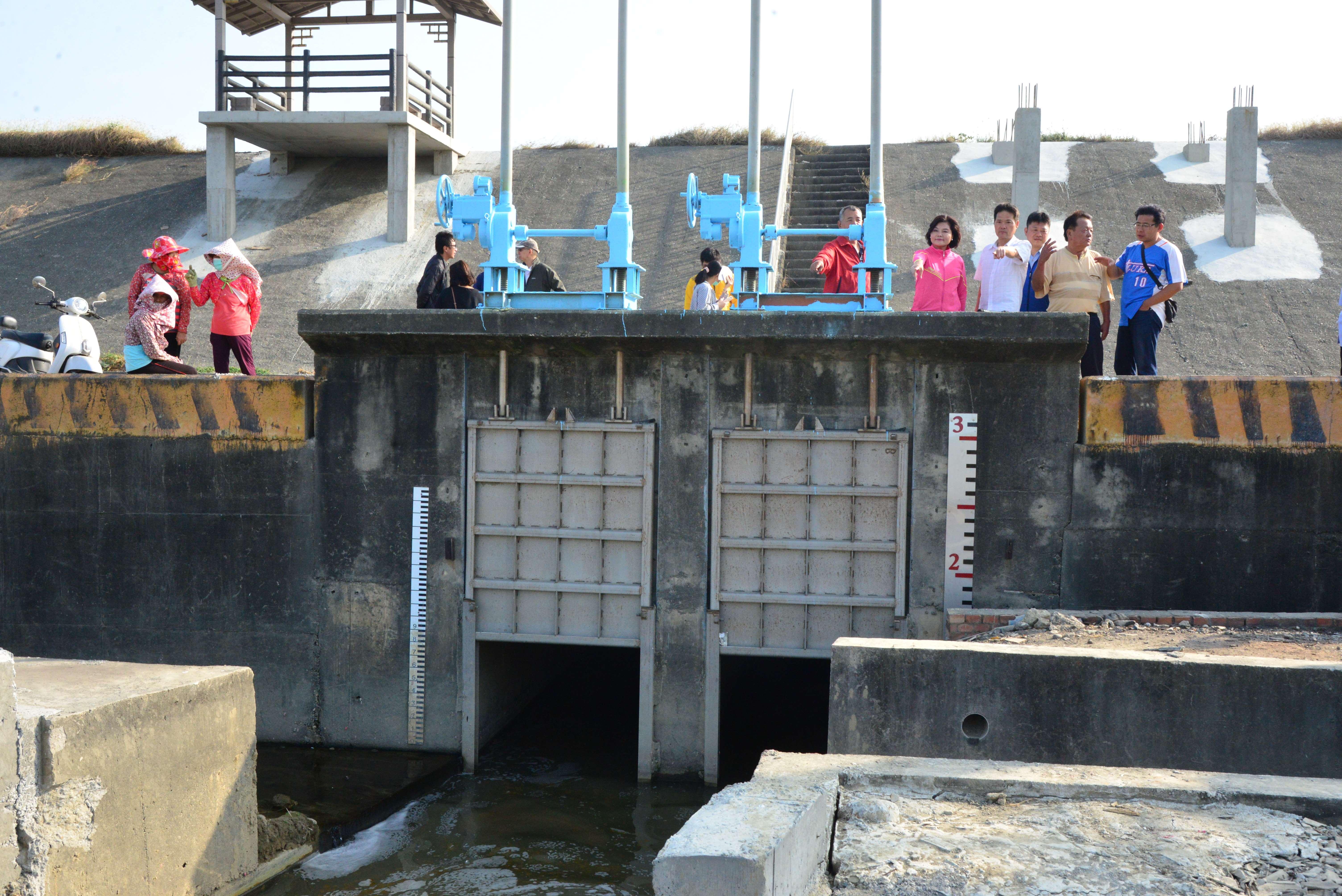 縣府將於水埔簡易抽水站旁增設2條越堤排水管路,與現有排水方式並用,雙管齊下改善當地水患問題。