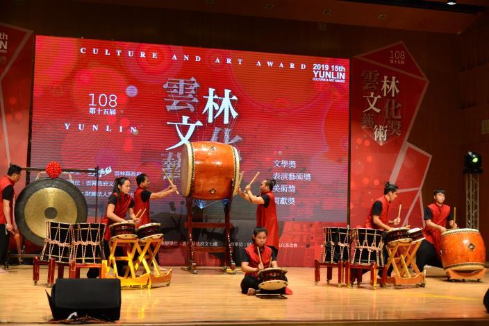 今日開場表演由傳統音樂類首獎得主太日樂集演出,隆隆鼓聲為典禮掀開序曲。