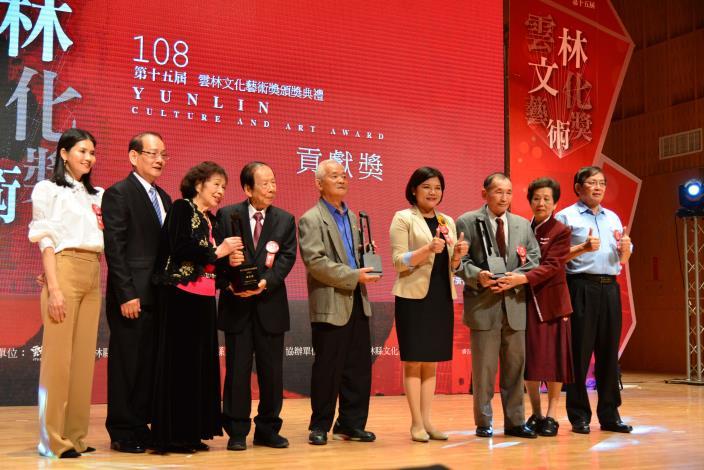 張縣長頒獎給3位貢獻獎得主,表揚他們的卓越成就及貢獻。