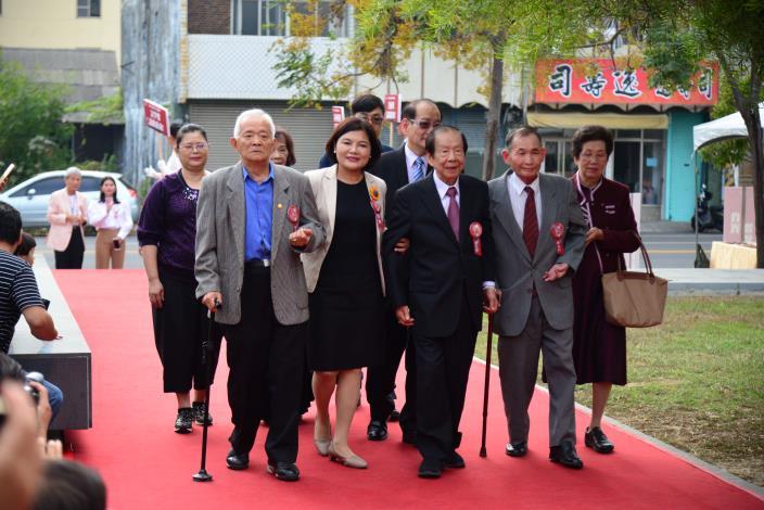 縣長張麗善陪同貢獻獎得主布袋戲大師鍾任壁、北管老藝師李春生、文史工作者林永村走紅毯,接受民眾的歡呼,氣氛熱烈。