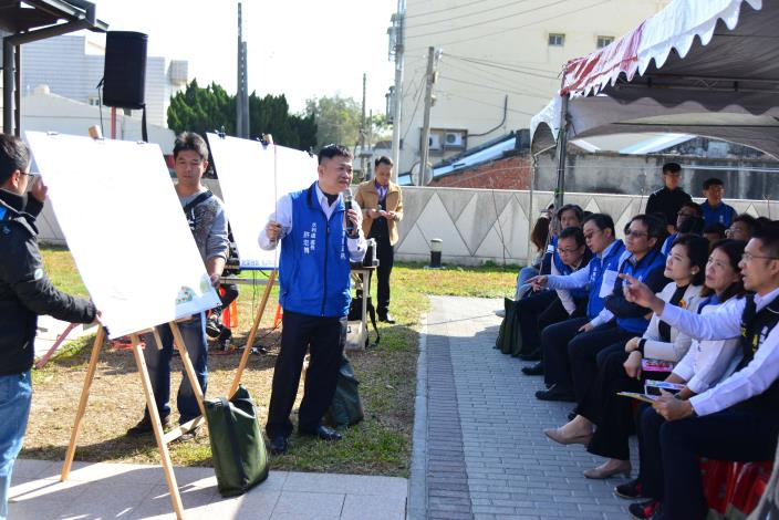 水利處長許宏博針對「臺西鄉區域排水改善建設」向鄉親說明。