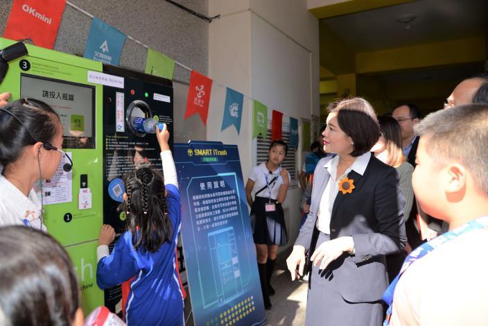 在環境教育方面,導入iTrash瓶罐回收回饋系統,培養孩子環保觀念。