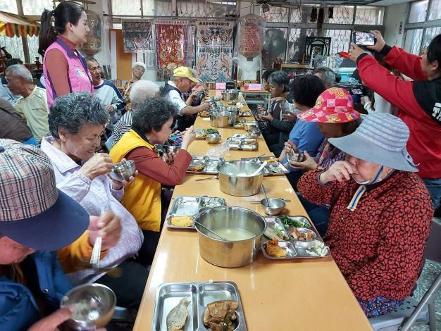 長青食堂供應在地老人獲得營養,可落實老人照顧。