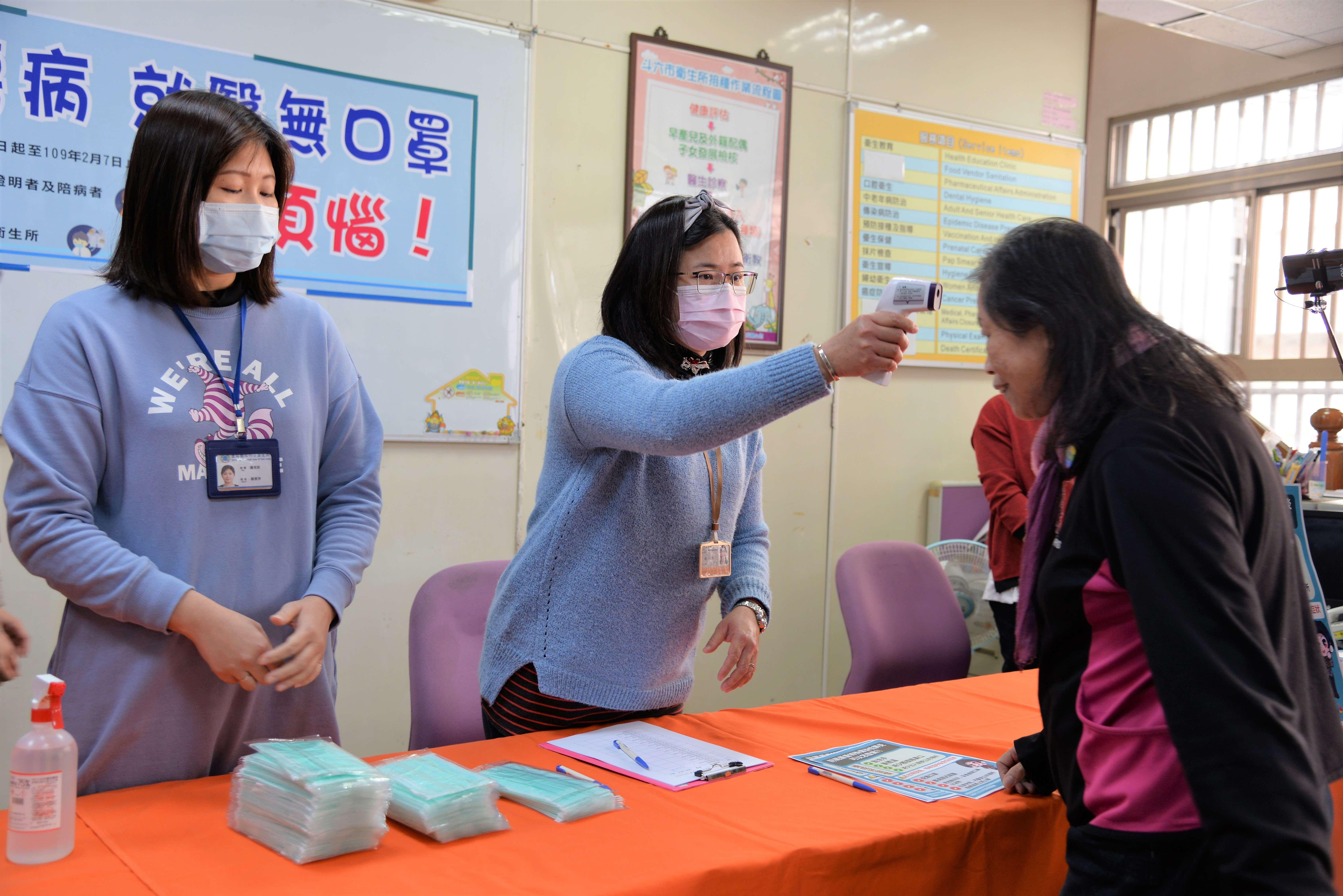 本縣領有重大傷病證明或目前發燒(>=38度)買不到口罩之民眾亦可至各鄉鎮市衛生所索取,每一欲就醫之重大傷病病患或目前體溫超過38度者及其陪同就醫者每人提供1片口罩。