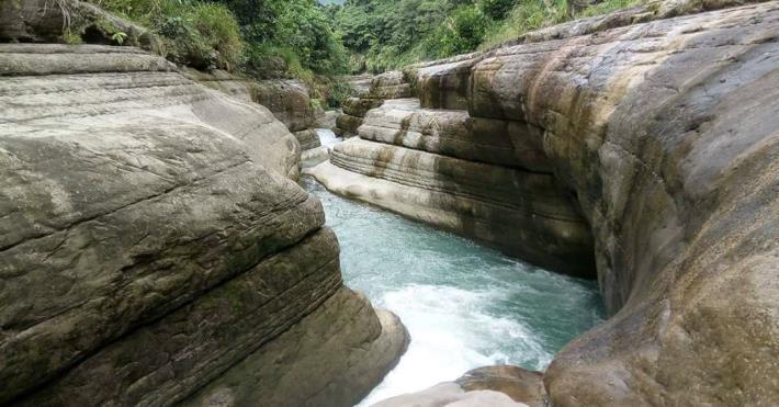 萬年峽谷壯觀的V字形峽谷,是縣內著名的秘境。