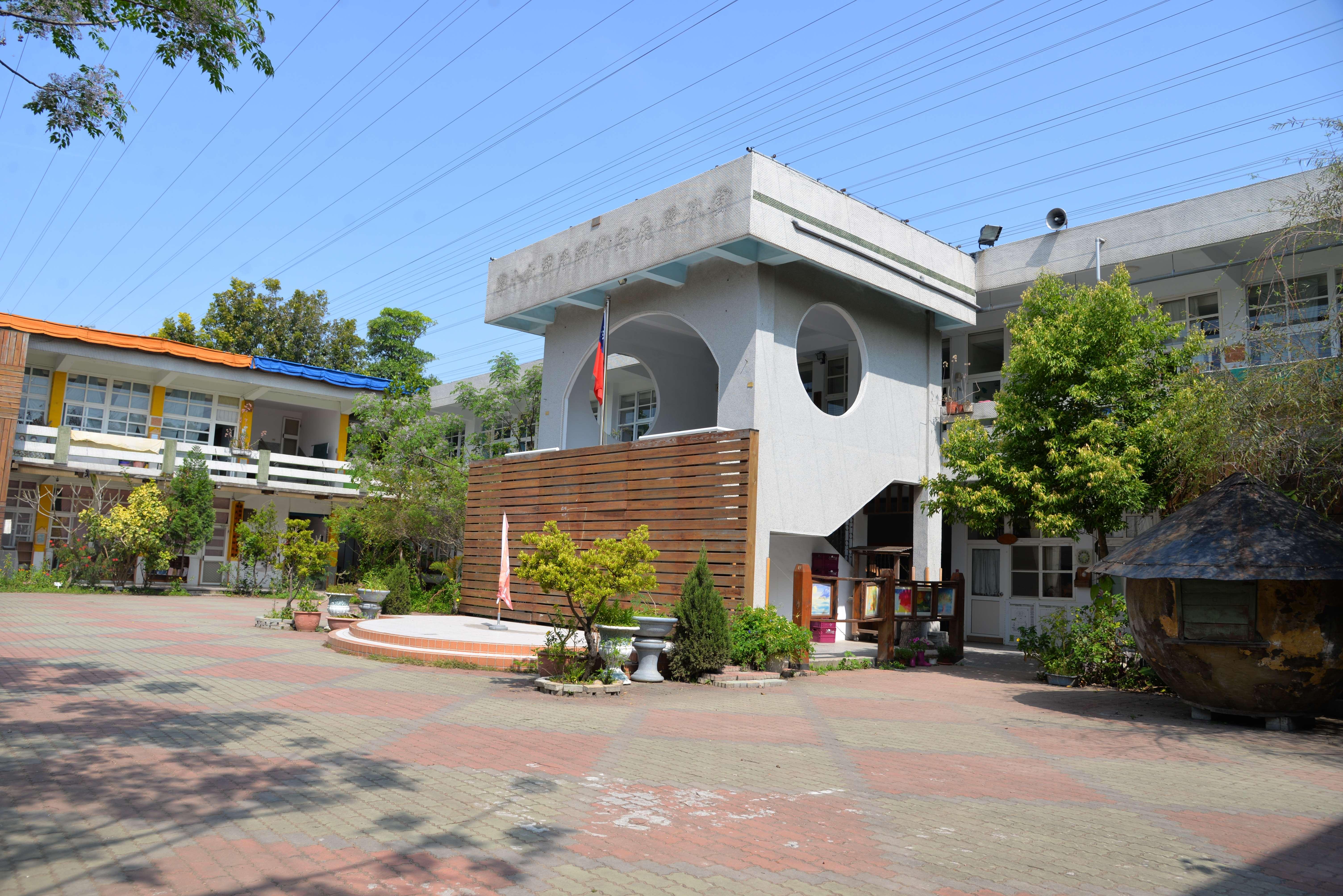 1952年創建的褒忠潮厝國小,2011年8月配合華德福教育實驗,正名為潮厝華德福教育實驗國小。