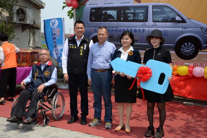 山本富也國際有限公司捐贈雲林縣復健青年協進會1輛復康巴士,今日舉行捐車典禮,縣長張麗善特地出席見證。