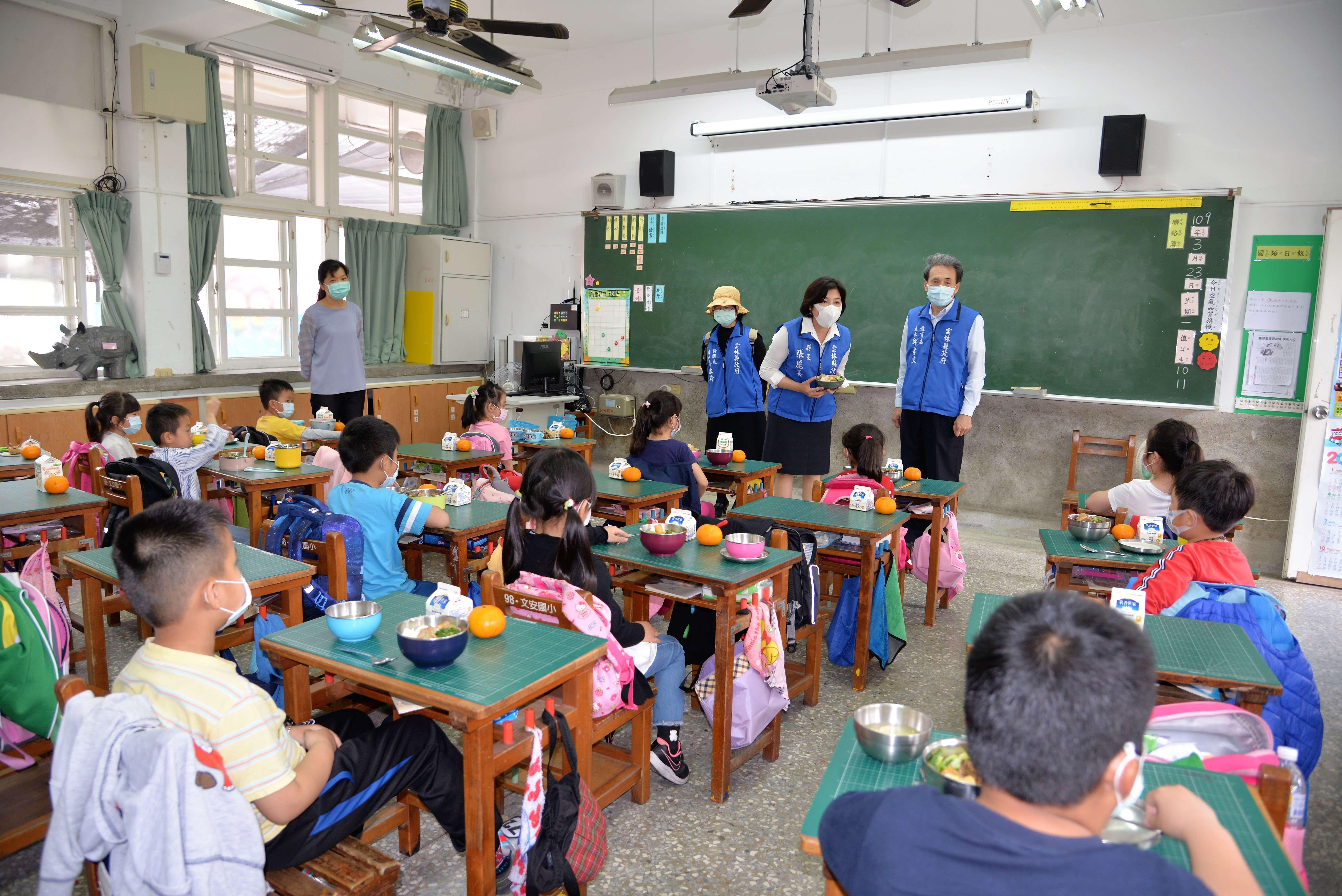 張縣長巡視學童營養午餐用餐情形
