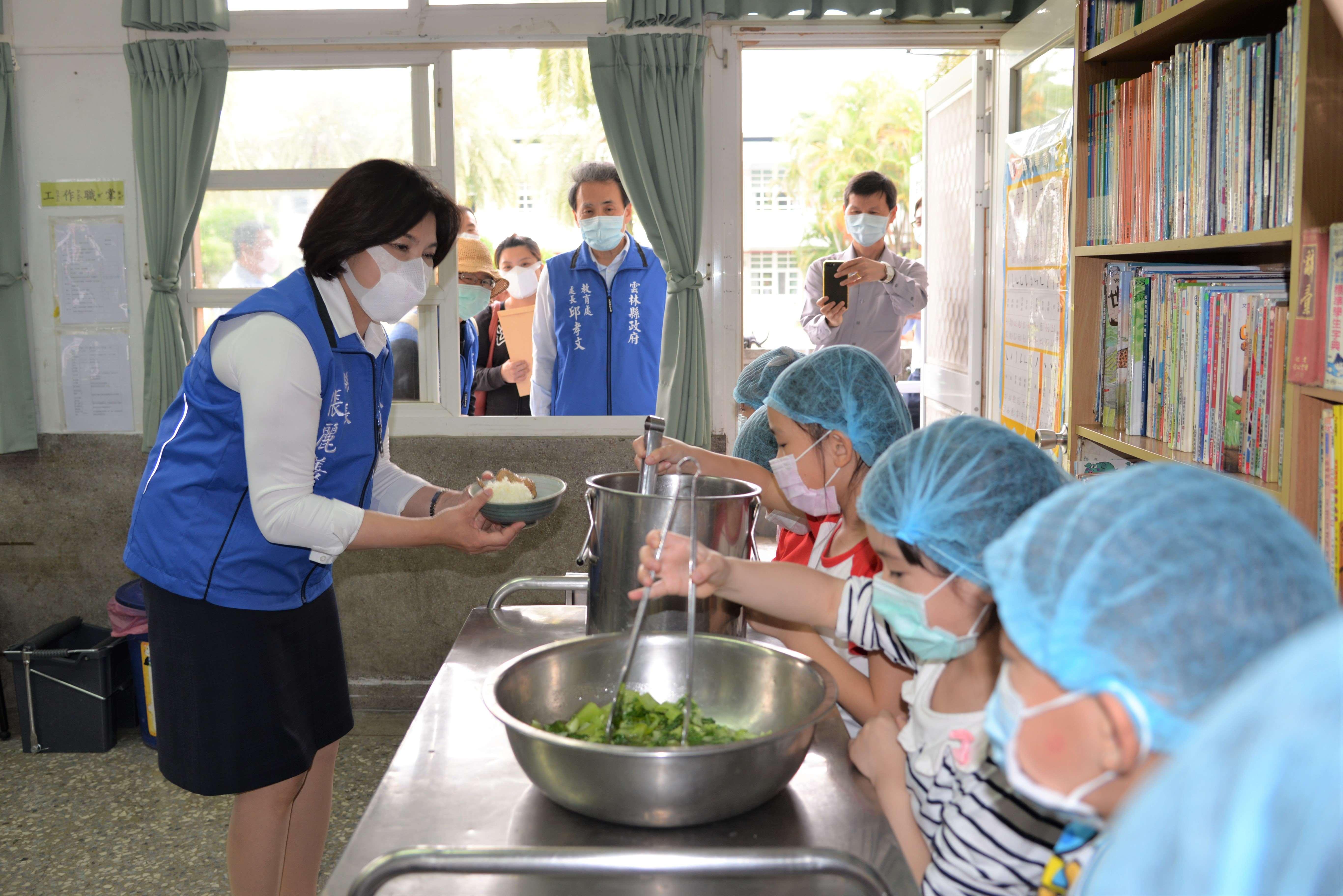 防疫期間,打菜學生按規定戴上口罩及帽子