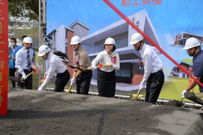 今日多功能教師研習中心新建工程動土典禮,由縣長張麗善等人共同持鏟動土,祈求工程順利。