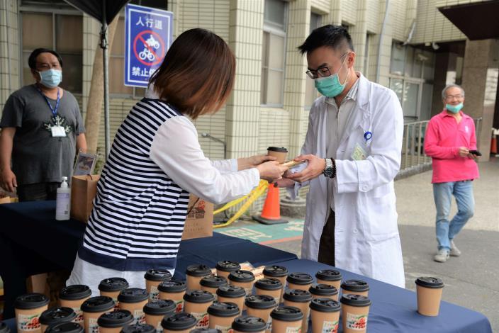 古坑「TGC咖啡」今(24)日於台大醫院雲林分院旁圓環處設攤,免費捐贈一千五百杯手沖咖啡給一線醫護打氣。
