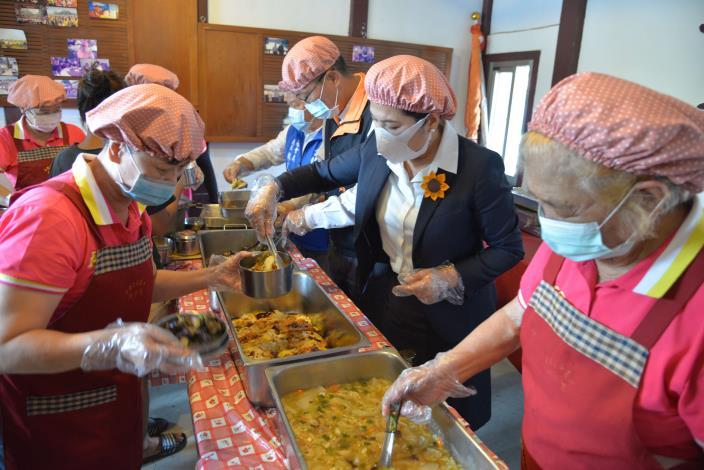 張縣長今日至莿桐鄉孩沙里社區關心長青食堂防疫供餐情形,並協助志工們幫長輩們打菜。