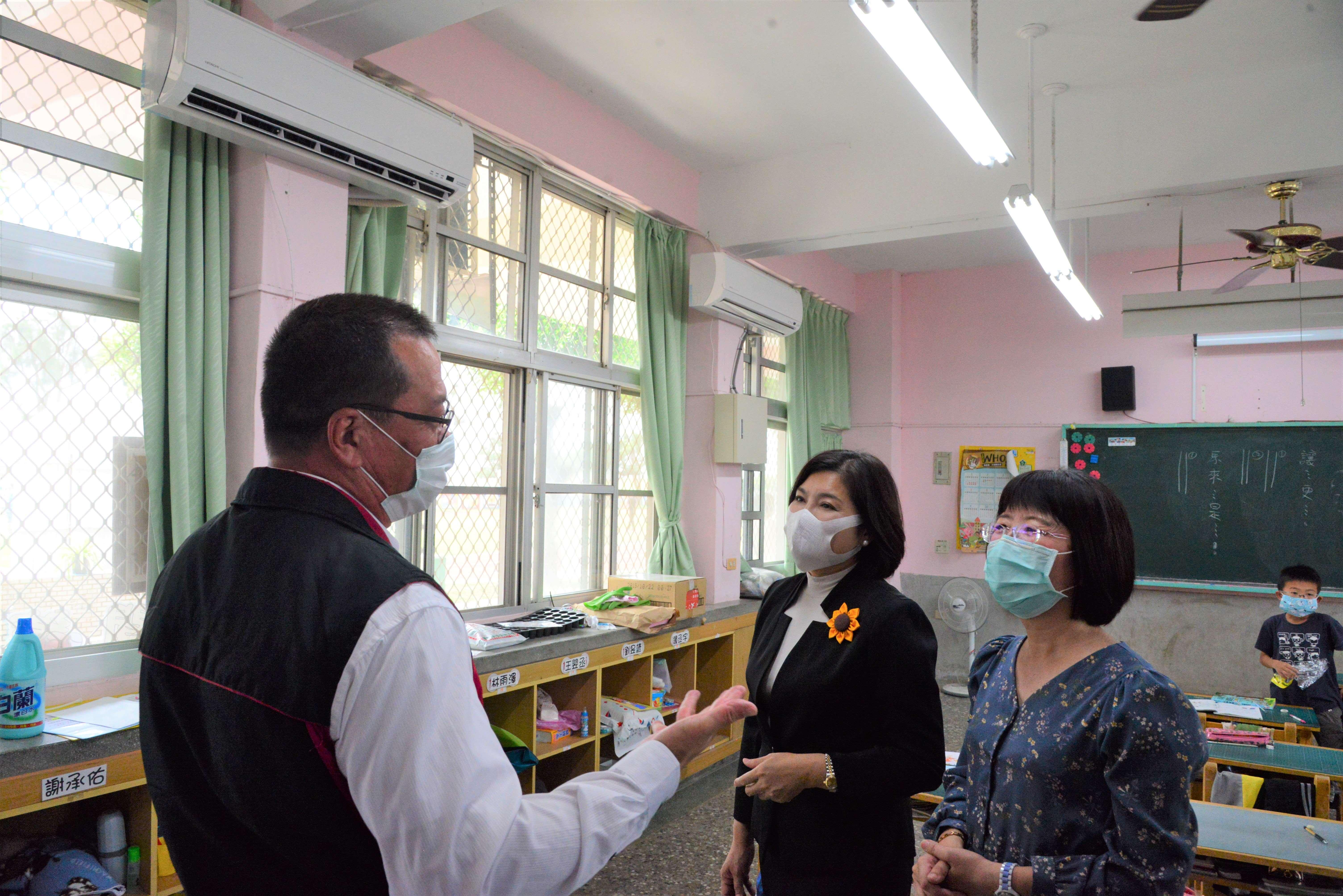 張縣長巡視後埔國小教室冷氣裝設情形。