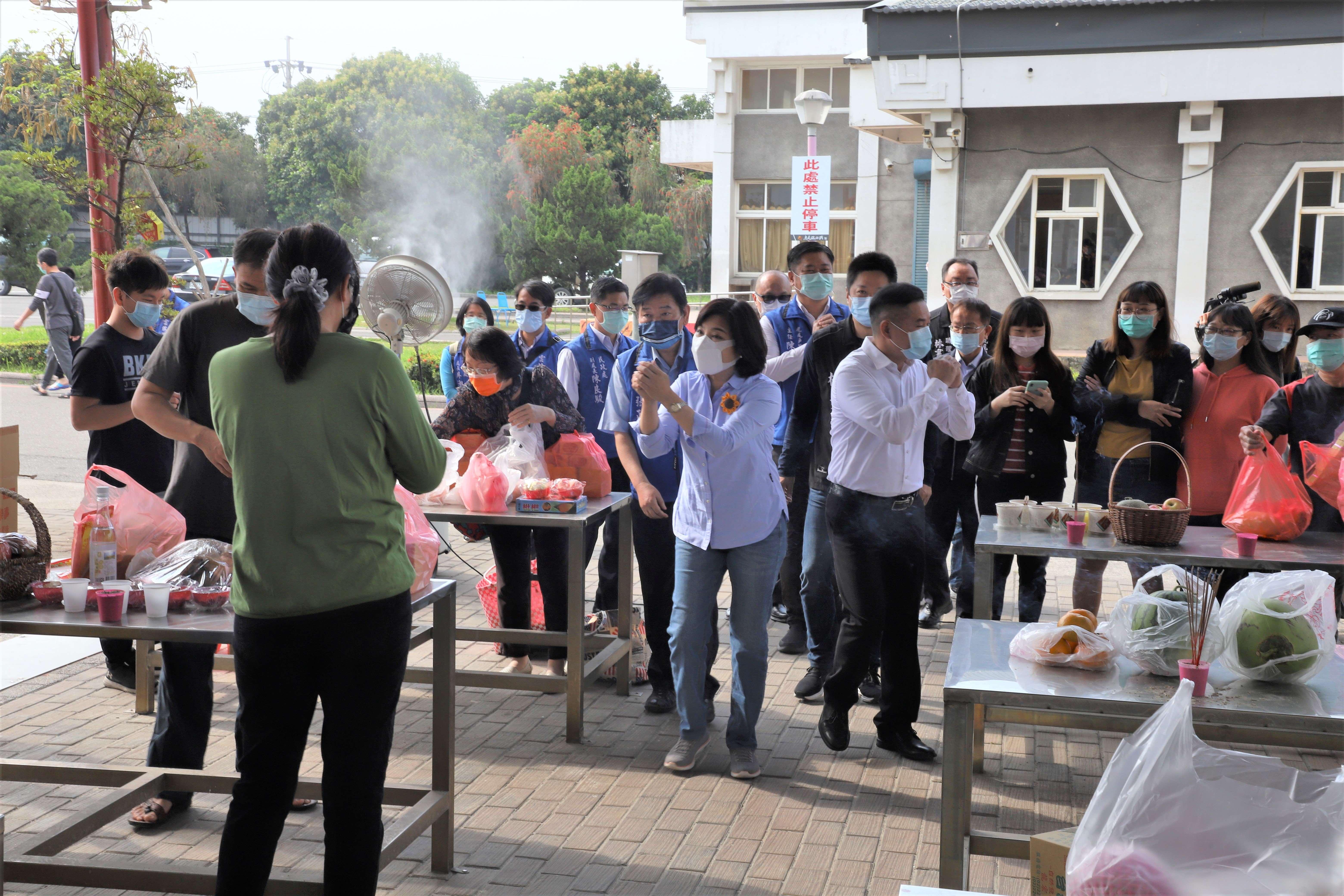 縣長張麗善等人今天前往虎尾鎮惠來示範公墓巡視防疫措施。