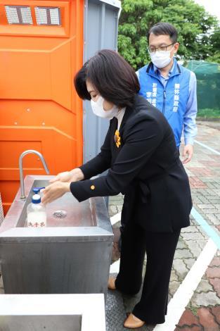 縣府租用的廁所,洗手台為腳踏方式,避免手部接觸。