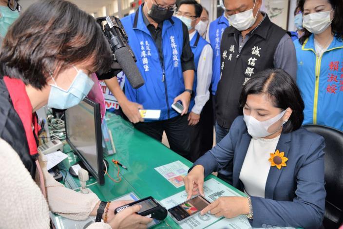 張縣長與斗六戶政事務所人員 測試使用多元支付機