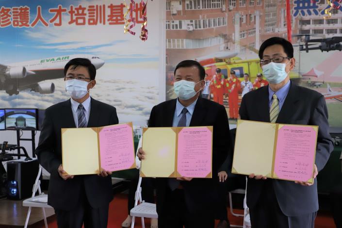 大德工商與中華科技大學航空學院、台灣福爾摩沙無人飛行器協會簽署策略聯盟產學合作備忘錄,成立無人機人才培育中心。