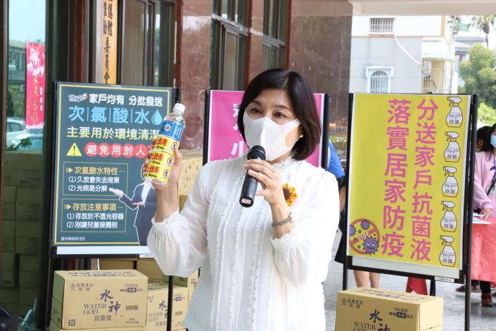 雲林縣長張麗善今日表示,這批次氯酸抗菌液外觀很像礦泉水,縣府會加貼「禁止飲用」標籤,確保民眾使用安全。