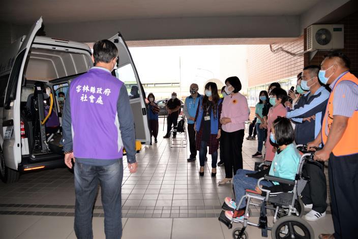 雲林縣的復康巴士從98年只有3台,這幾年在中央挹注及各界善心人士的捐贈之下,車輛數已達到56台