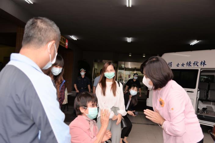 林秋練女士在兒子李鴻章及妻子陪同下,今也到記者會現場。