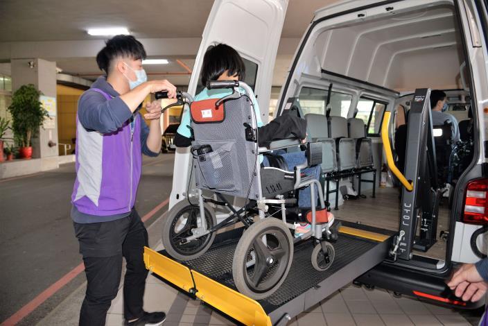 獲贈的復康巴士設備完善,讓身障朋友無論是就學、就醫或就業都可充分利用。