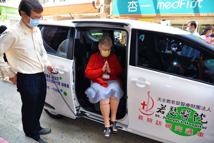 若瑟醫院方秀仁奶奶,親身搭乘體驗交通車
