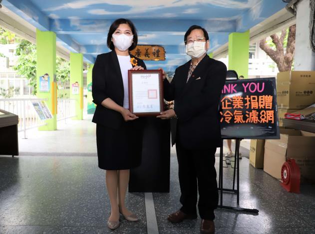 張縣長致贈感謝狀給萬泰科技公司董事長張銘烈。