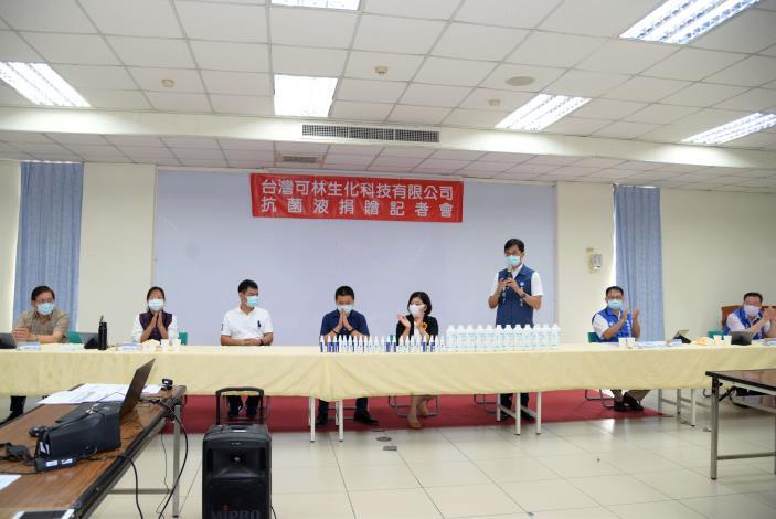 李明哲議員:防疫工作人人有責,應該秉持嚴謹態度面對,非常感謝企業家台灣可林生化科技有限公司,供應抗菌液,助雲林防疫工作推展。