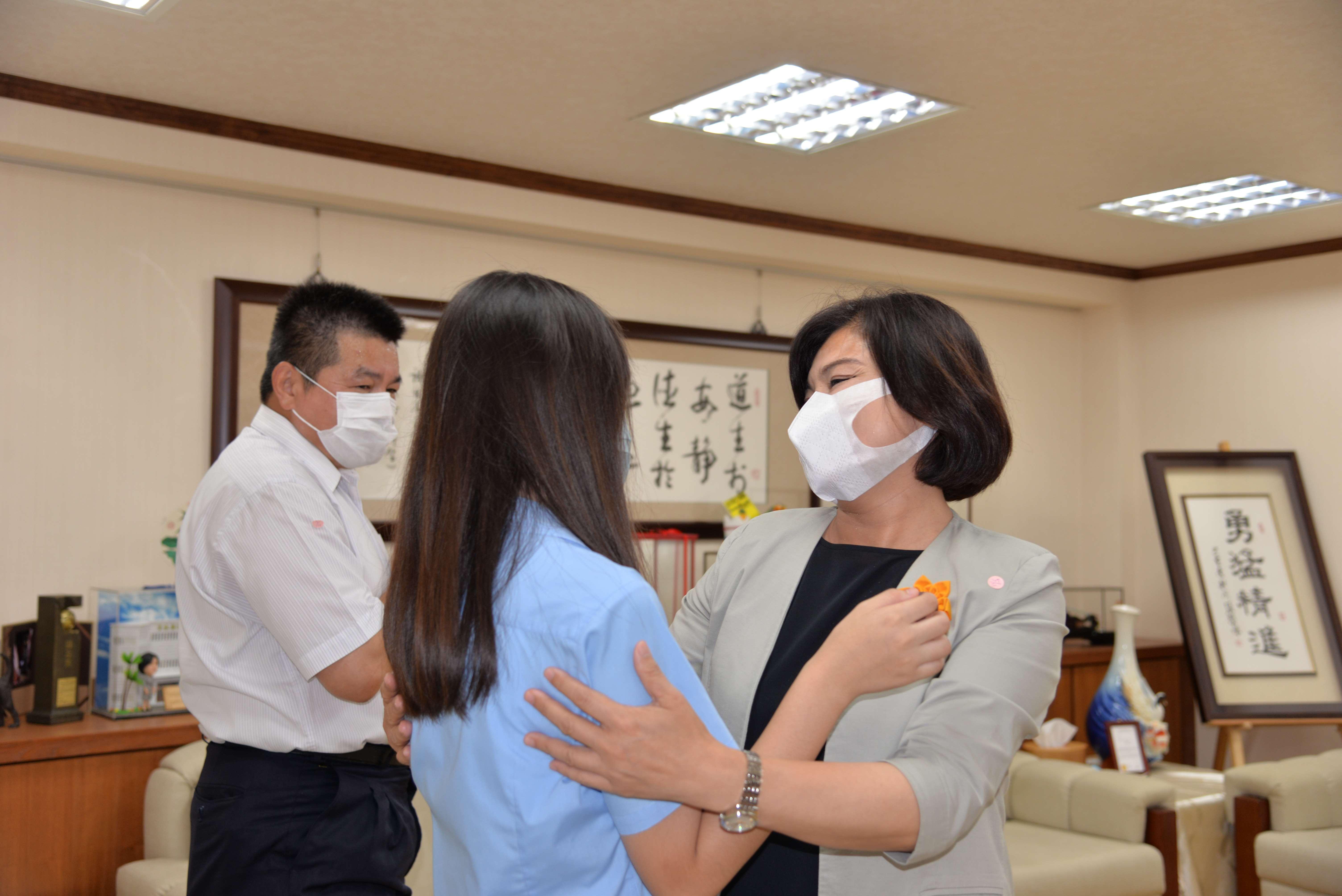 張麗善縣長特地於11日上午接見虎尾高中陳婉茹同學,表達祝賀之意。