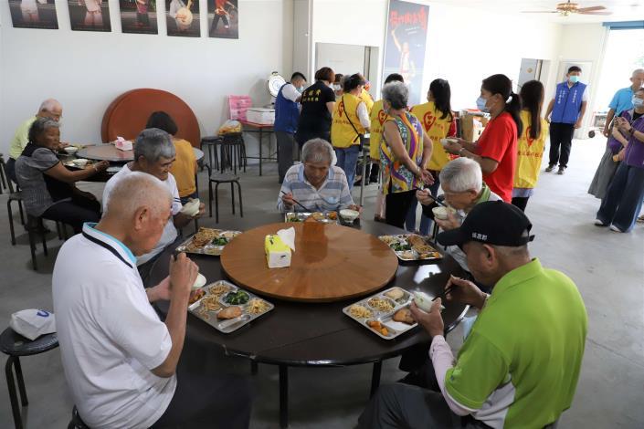 在防疫前提下,5月18日起長青食堂可採梅花座共餐