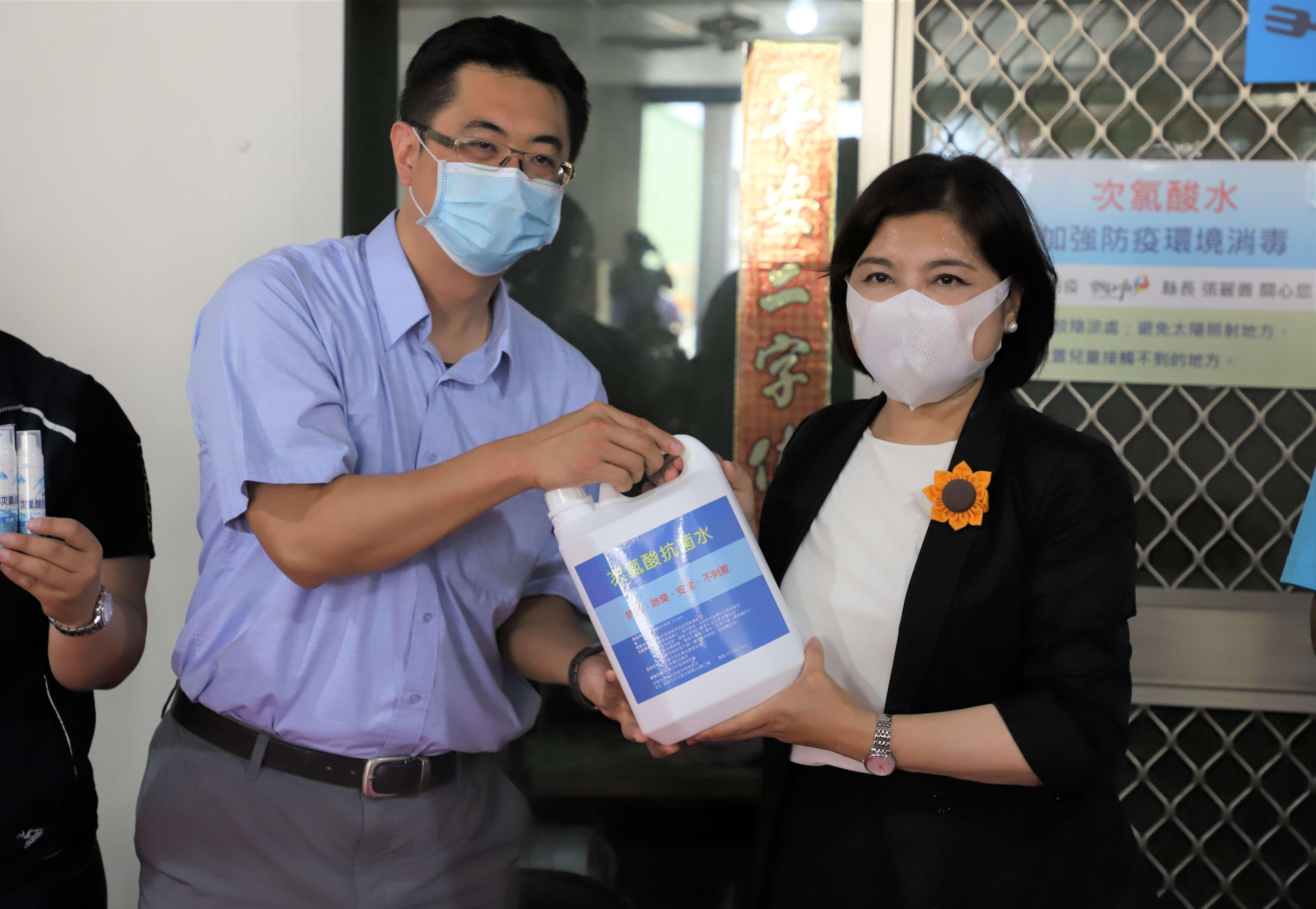綠世紀生物科技公司捐贈消毒液給雲林縣長青食堂,由縣長張麗善代表接受。