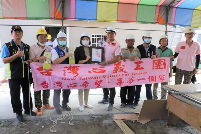 張縣長致贈感謝狀及蜂蜜醋給台灣心義工團,感謝他們協助鄉親重建家園。
