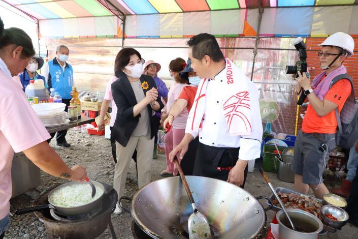 張縣長感謝來自各地的志工們烹煮餐食,齊心協助鄉親重建家園。