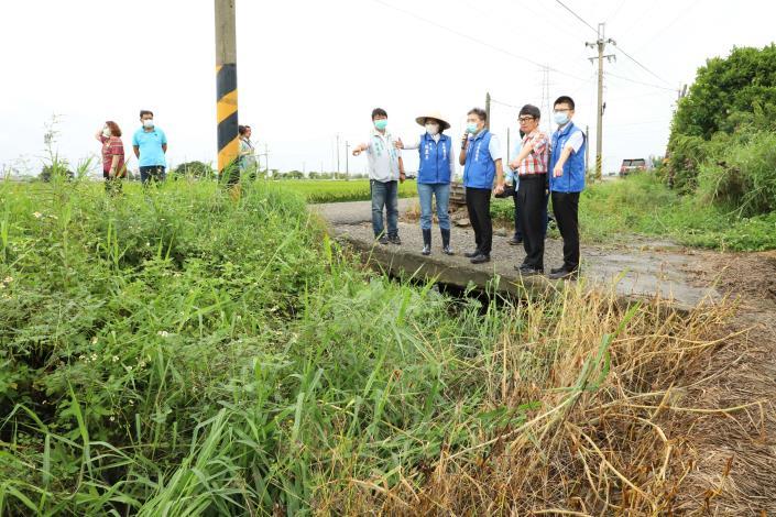 北港新生農地重劃區內的排水溝渠因年久失修,出現堤岸崩塌、雜草叢生的情形。